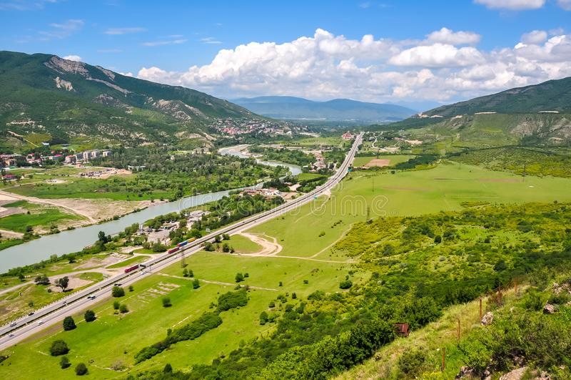 Georgische Militaire weg dichtbij Mtskheta, Georgië royalty-vrije stock afbeelding