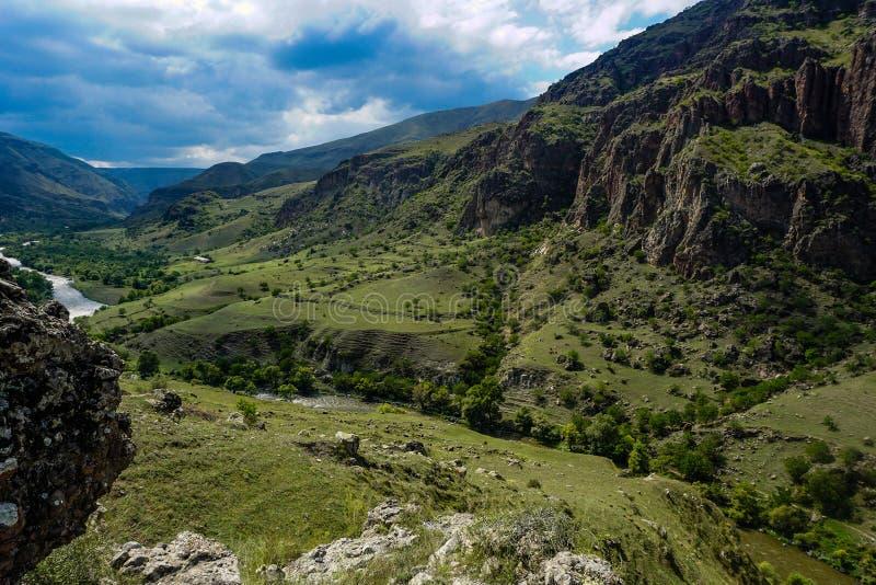 Georgische Südberge und Tal-Ansicht lizenzfreie stockbilder