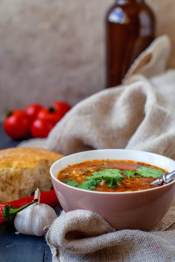 Georgische soepkharcho met lavash Nationale schotel van Georgische harcho Soepkharcho met koriander en groenten op a stock foto
