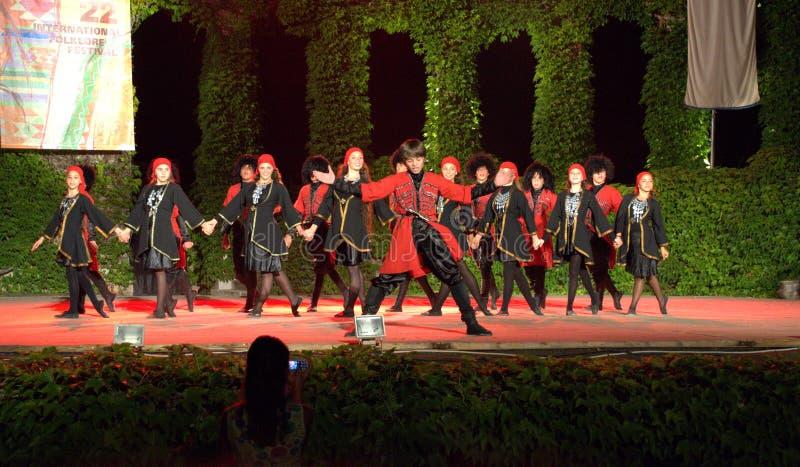 Georgische Tänzer auf internationalem Volksfestival lizenzfreie stockfotos