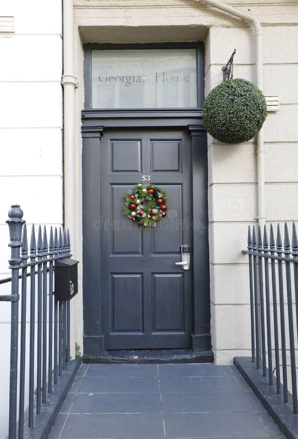 Georgische Tür, die mit Ziegeln gedeckte Schritte kennzeichnet lizenzfreies stockbild