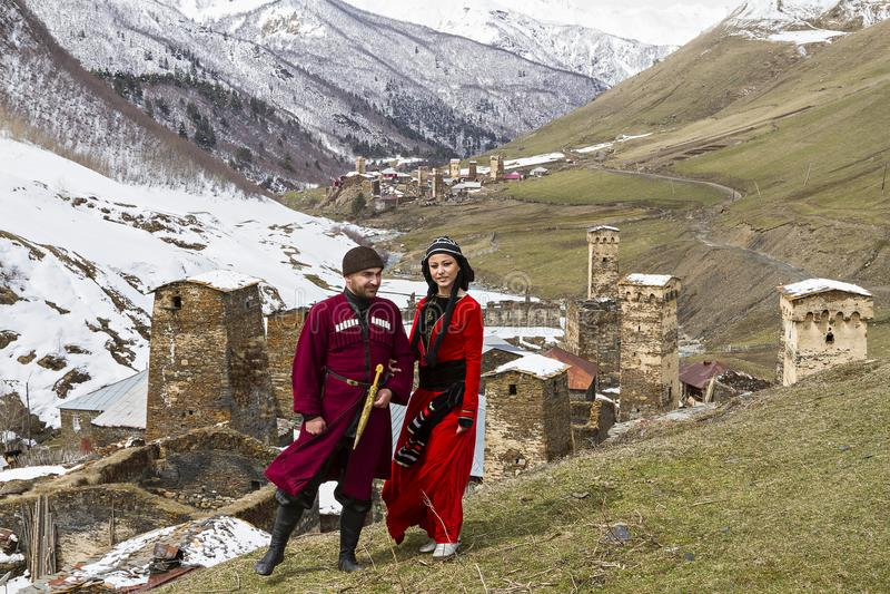 Georgisches Paar in nationalem kostümiert, in Ushguli, Georgia stockfotos