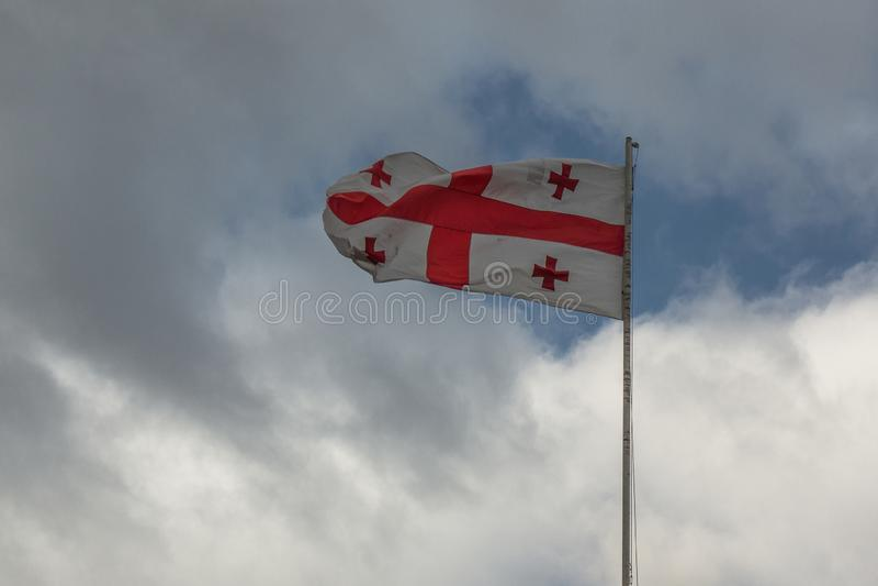 Georgisk flagga som vinkar i vinden arkivbilder