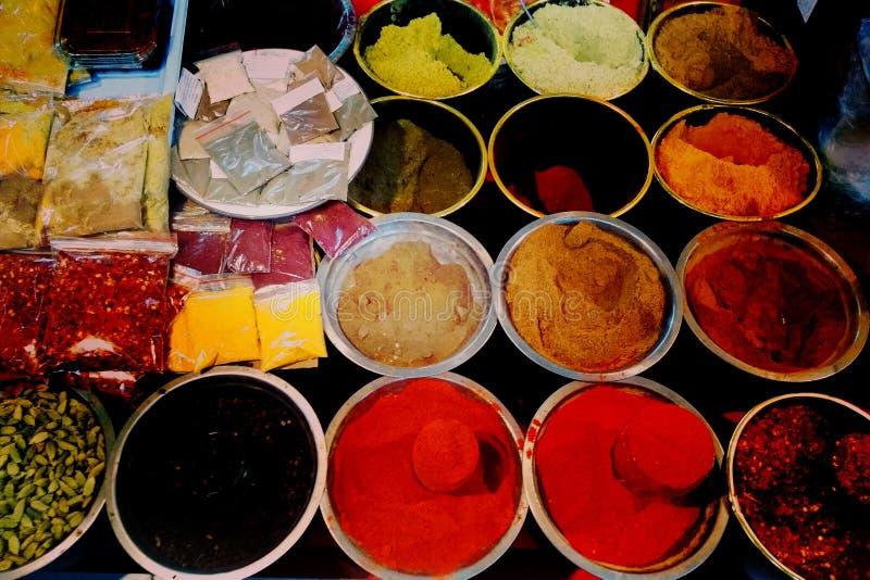 Georgisk lång räcka av färgglad traditionell mat på försäljning i liten gatamarknad shoppar - closeupen på färgglade kryddor arkivbild