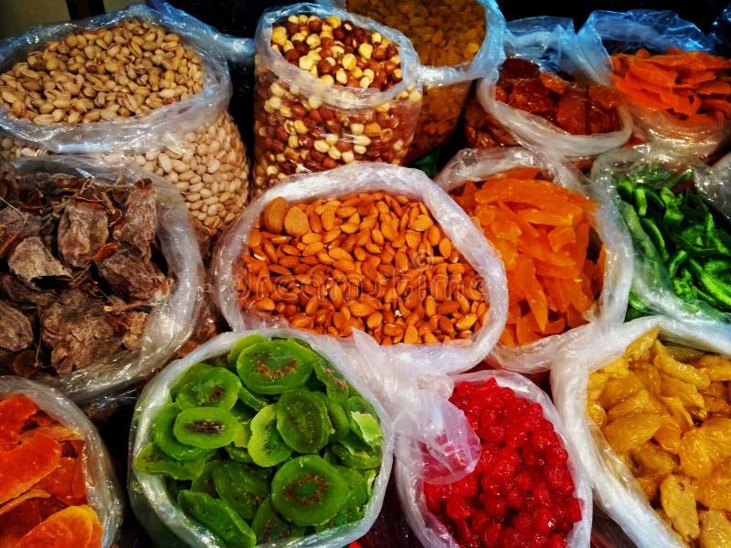 Georgisk lång räcka av färgglad traditionell mat på försäljning i liten gatamarknad shoppar - den torkade closeupen på muttrar oc royaltyfria foton
