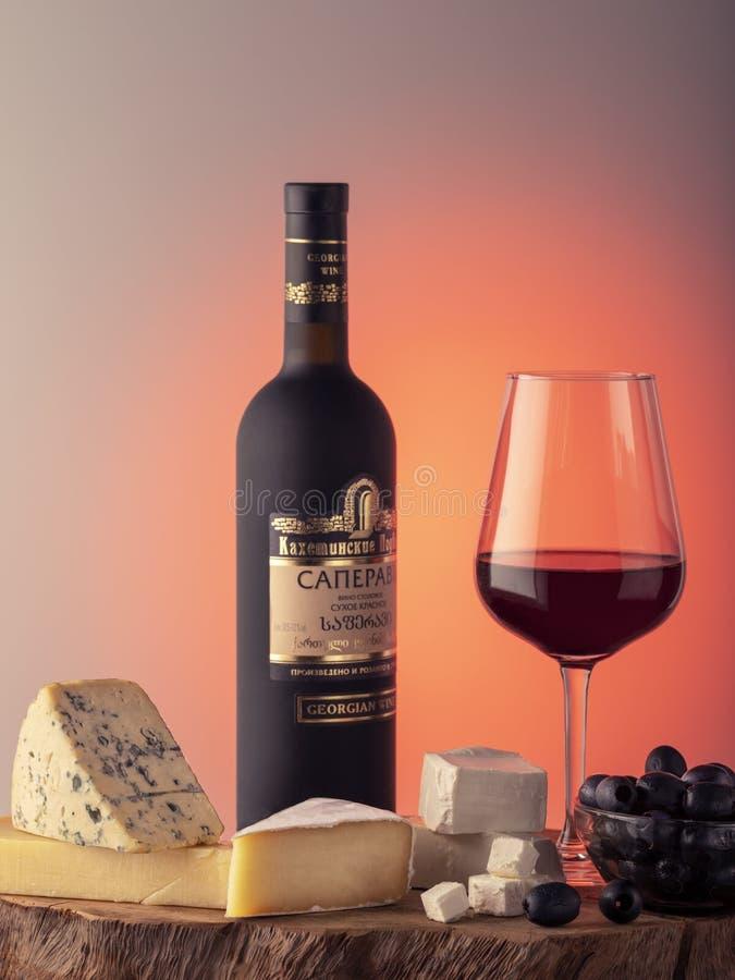 Georgiskt vin, ett exponeringsglas av rött vin, ost royaltyfri foto