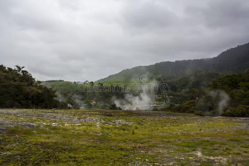 Geotermiczny krajobraz z gorącymi wiosnami i kontrparą od gejzerów fotografia stock