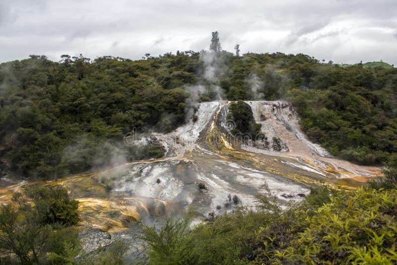 Geotermiczny tęczy, kaskady taras i, obraz royalty free