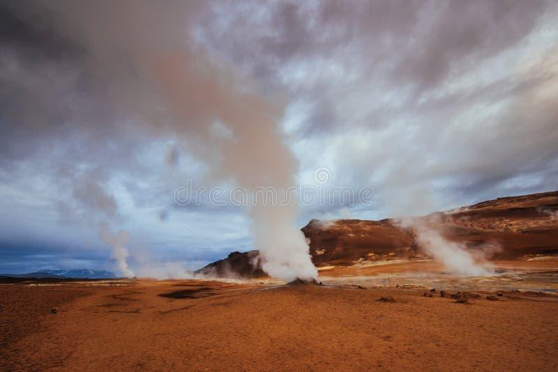Geotermiczny teren Hverir Lokaci miejsca jezioro Myvatn obrazy royalty free