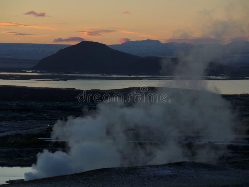 Geotermiczny teren Myvatn pod zmierzchu niebem i jezioro fotografia stock