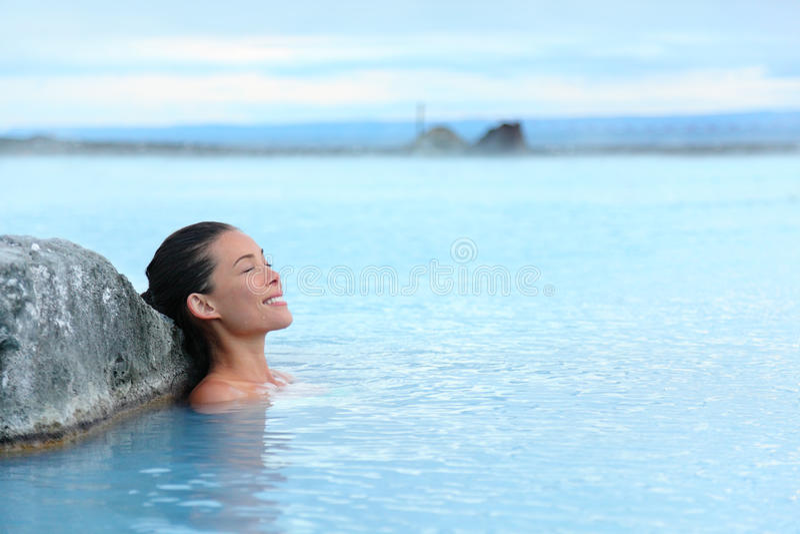 Geotermiczny zdrój - kobieta relaksuje w gorącej wiosny basenie obrazy royalty free