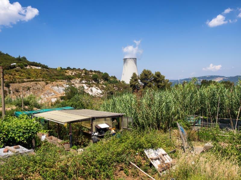 Geotermisk kraftverk i Sasso Pisano, Tuscany arkivbild