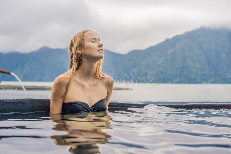 Geothermal Spa Χαλάρωση γυναικών στην καυτή λίμνη άνοιξη ενάντια στη λίμνη καυτή έννοια ελατηρίων στοκ εικόνες