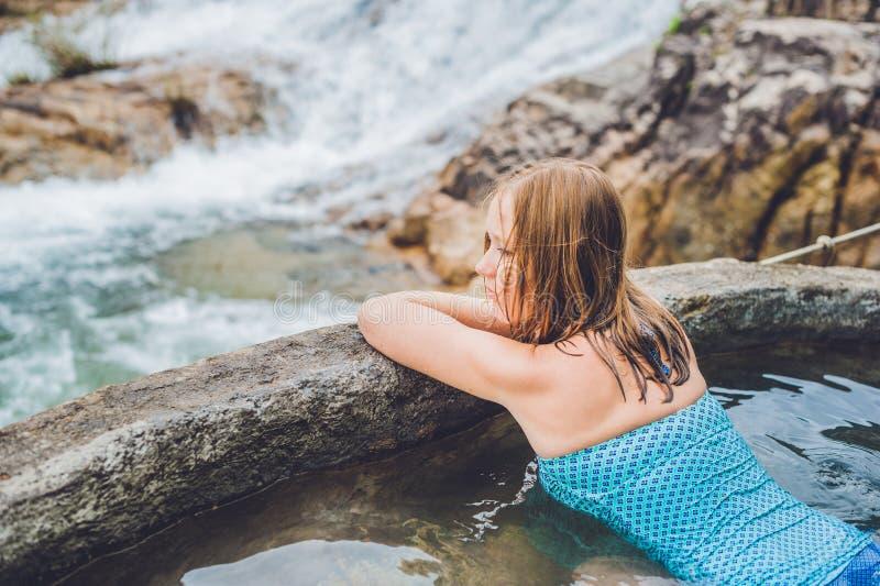 Geothermal Spa Vrouw het ontspannen in hete de lentepool tegen de achtergrond van een waterval royalty-vrije stock afbeelding
