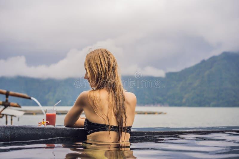 Geothermal Spa Vrouw het ontspannen in hete de lentepool tegen het meer heet de lentesconcept royalty-vrije stock afbeelding