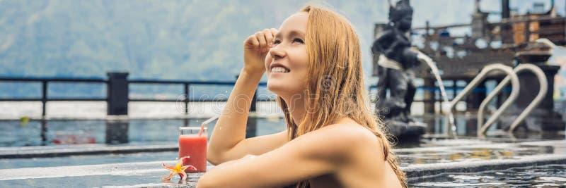 Geothermal Spa Vrouw het ontspannen in hete de lentepool tegen het meer heet de lentesconcept De drinkende BANNER van het guavesa stock foto's