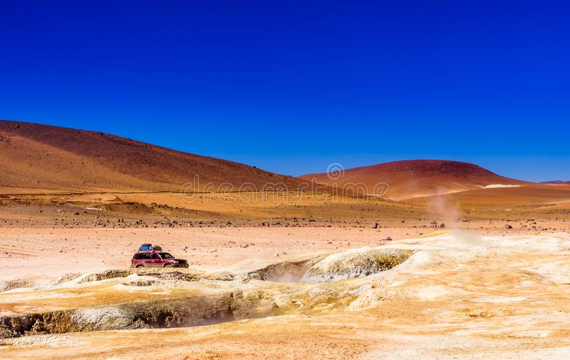 Geothermisch gebied door geiser Sol de Manana in Altiplano van Bolivië stock afbeelding