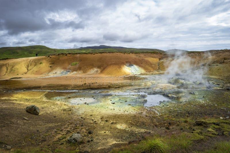 Geothermisch gebied met de hete lentes op IJsland, de zomer stock foto's