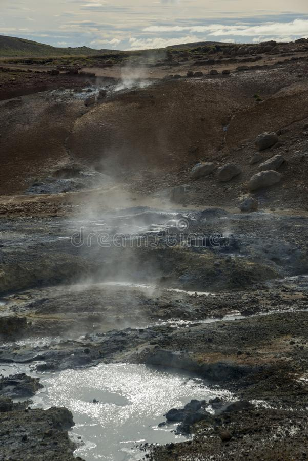 Geothermisch gebied met moddervulkaan stock afbeelding