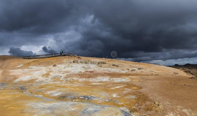 Geothermisch Landschap Krafla in IJsland met Toeristen royalty-vrije stock fotografie