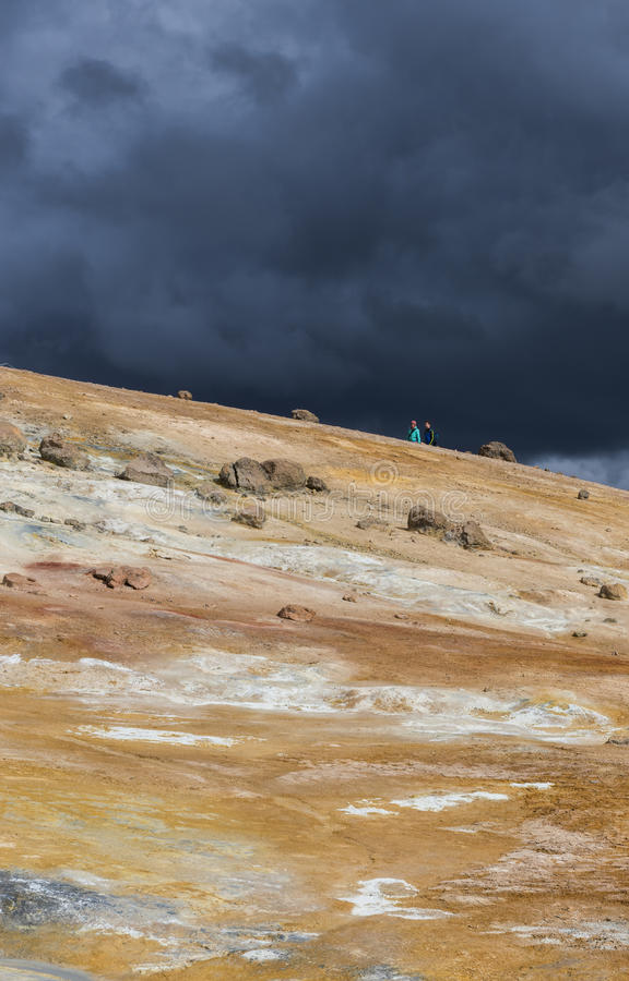 Geothermisch Landschap Krafla, IJsland met Toeristen royalty-vrije stock fotografie