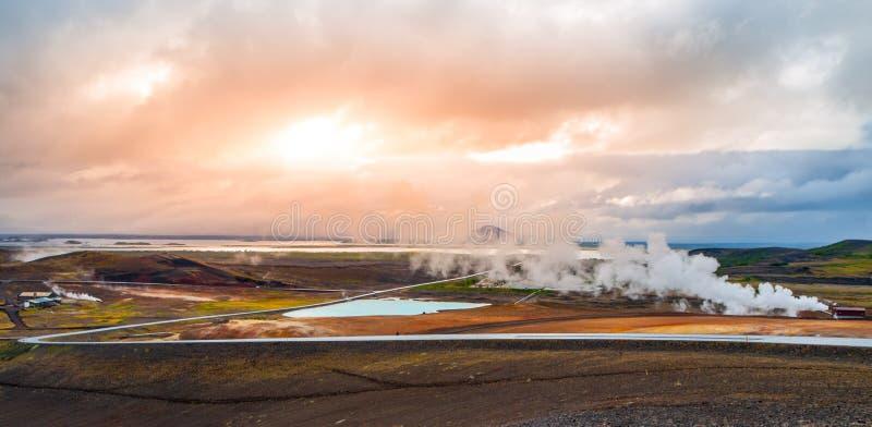 Geothermische activiteit met rook bij Myvatn-Meer, IJsland stock afbeeldingen