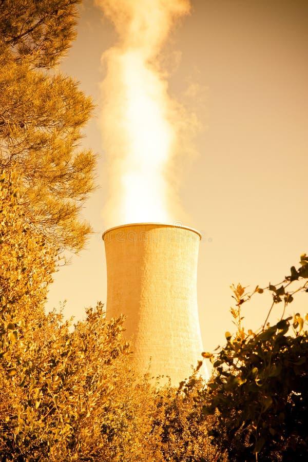 Geothermische elektrische centrale in de heuvels van Toscanië met exemplaarruimte royalty-vrije stock foto's