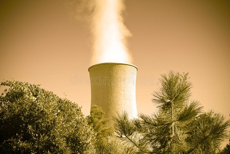 Geothermische elektrische centrale in de heuvels van Toscanië met exemplaarruimte royalty-vrije stock afbeeldingen