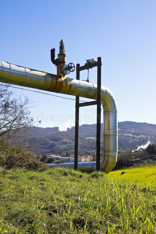 Geothermische elektrische centrale in de heuvels van Toscanië met exemplaarruimte royalty-vrije stock afbeelding