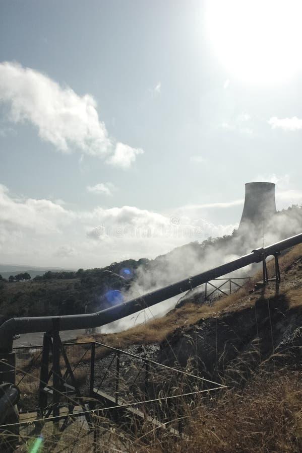 Geothermische energieelektrische centrale stock afbeeldingen