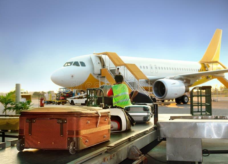 Gepäck, das auf Flughafen handhabt lizenzfreie stockbilder