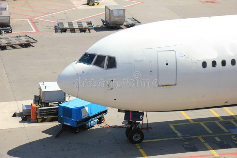 Gepäck, das am Flughafen behandelt lizenzfreie stockfotos