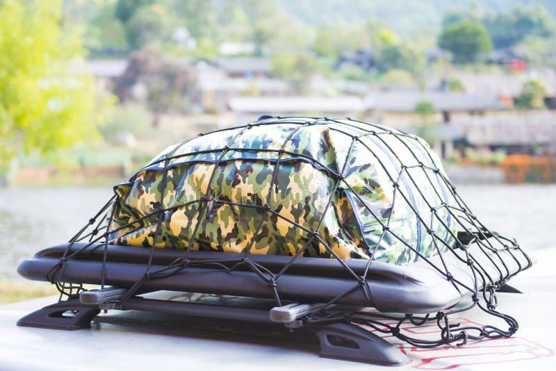 Gepäck für Reise auf dem Dach des Autos lizenzfreie stockfotos