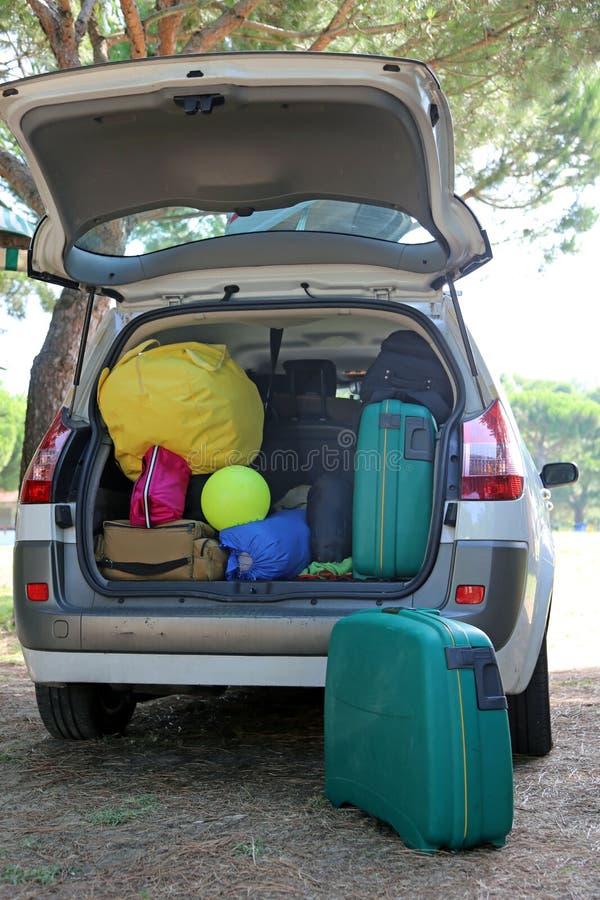 Gepäck und Koffer im Auto im Erholungsort stockbild