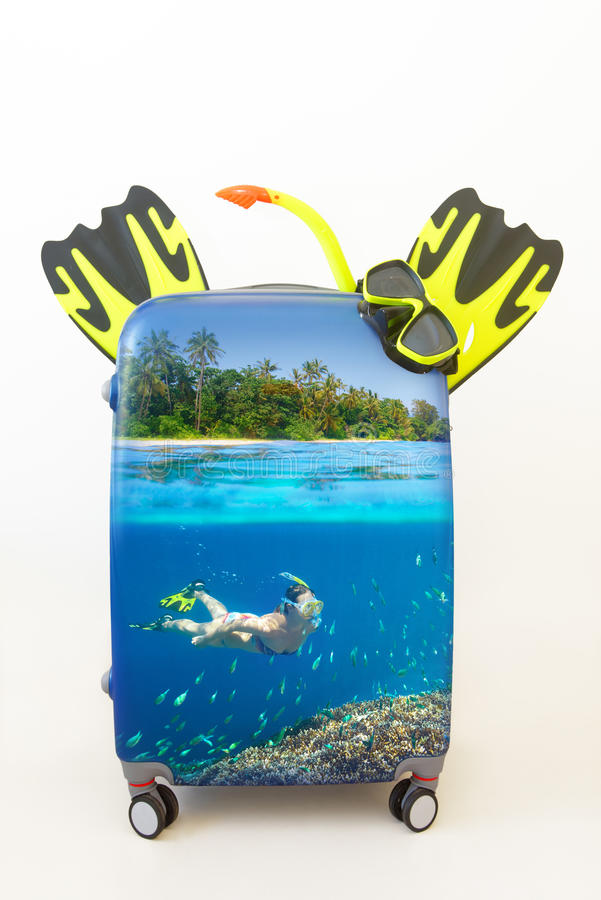 Gepäckkoffer mit im tropischen Wasser nach innen schnorcheln lizenzfreie stockfotos