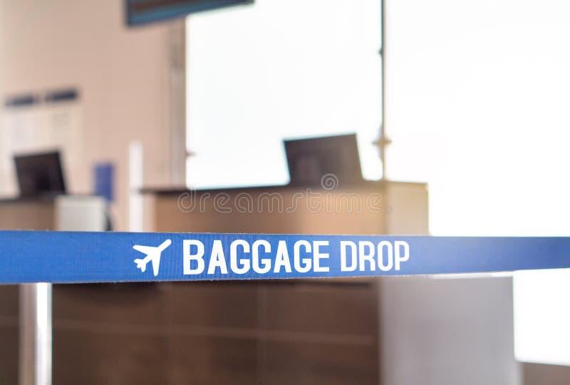 Gepäcktropfen am Flughafen lizenzfreie stockbilder