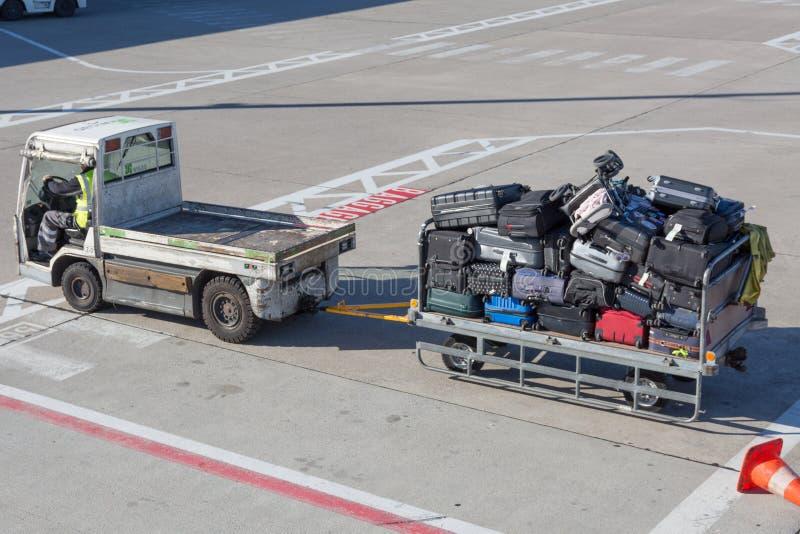 Gepäckwagen voll mit Gepäck am Flughafen lizenzfreie stockbilder