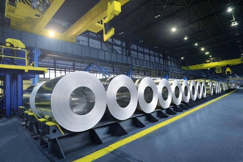 Gepackte Rollen des Stahlblechs lizenzfreie stockfotografie