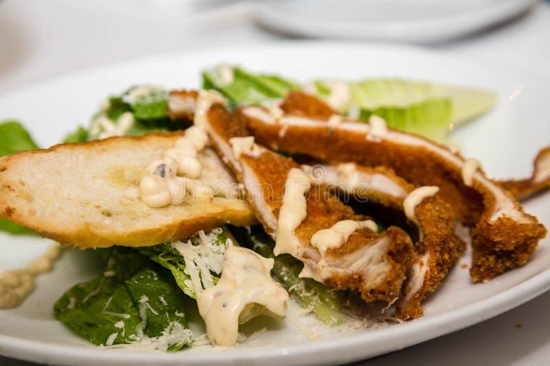 Gepaneerde Kip op Caesar Salad stock fotografie