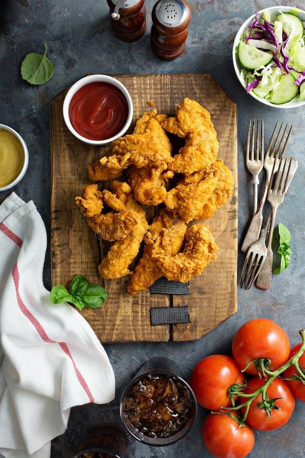 Gepaneerde kippenoffertes met ketchup stock afbeelding