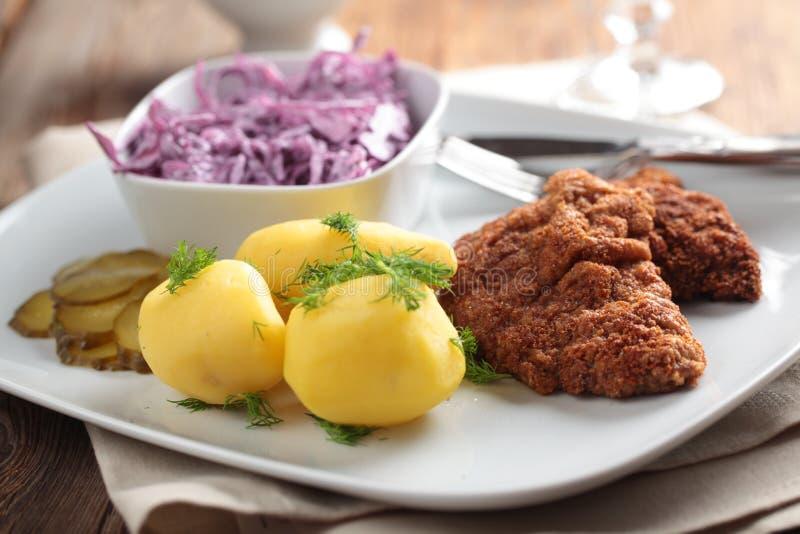 Gepaneerde schnitzel met aardappel royalty-vrije stock afbeeldingen