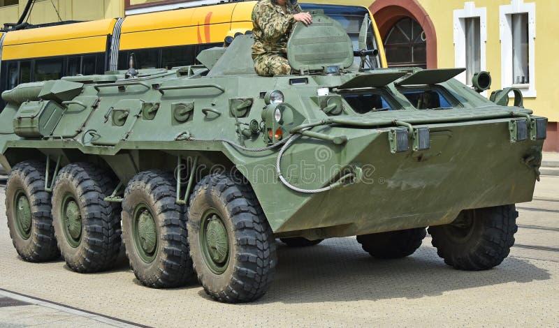 Gepantserd militair voertuig op de straat stock afbeelding