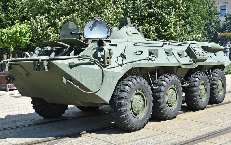 Gepantserd militair voertuig op de straat royalty-vrije stock afbeeldingen