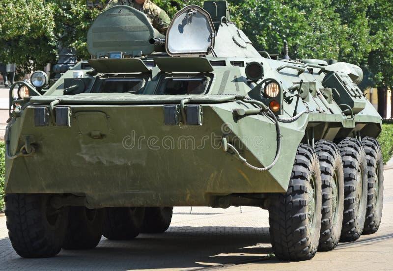 Gepantserd militair voertuig op de straat royalty-vrije stock afbeelding