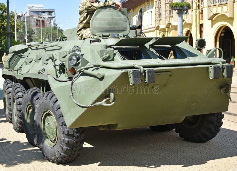Gepantserd militair voertuig op de straat stock foto