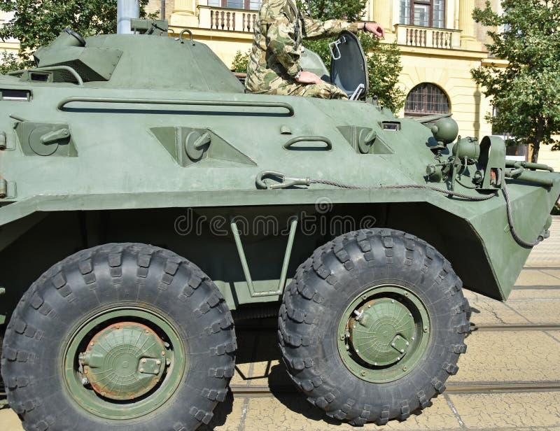 Gepantserd militair voertuig op de straat royalty-vrije stock fotografie
