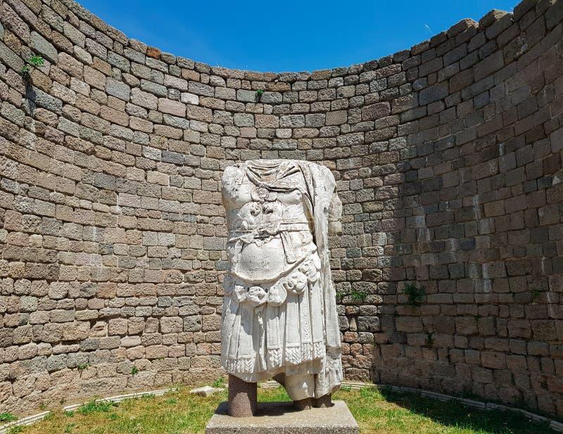 Gepantserd standbeeld zonder hoofd van Trajan bij de Tempel van Trajan, in de Oude Stad van Pergamum Pergamon Bergama, Izmir, Tur royalty-vrije stock foto's