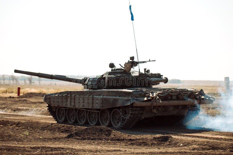Gepantserde Tankritten op off-road Tankoefeningen in het platteland royalty-vrije stock afbeeldingen