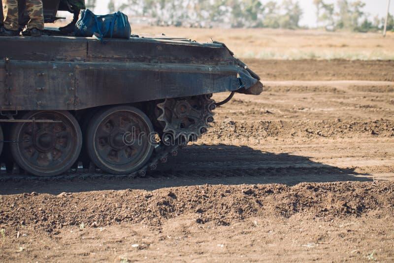 Gepantserde Tankritten op off-road Tankoefeningen in het platteland stock fotografie
