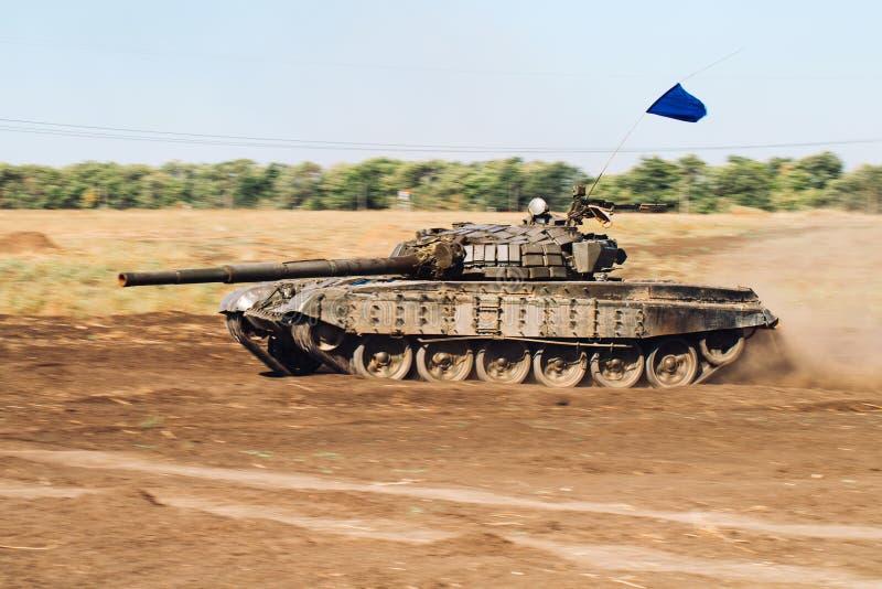Gepantserde Tankritten op off-road Tankoefeningen in het platteland stock afbeeldingen